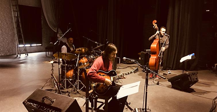 Gustavo Pajaro Ogara : guitarra Christian Lopez: Bajo Daniel Garcia : bateria