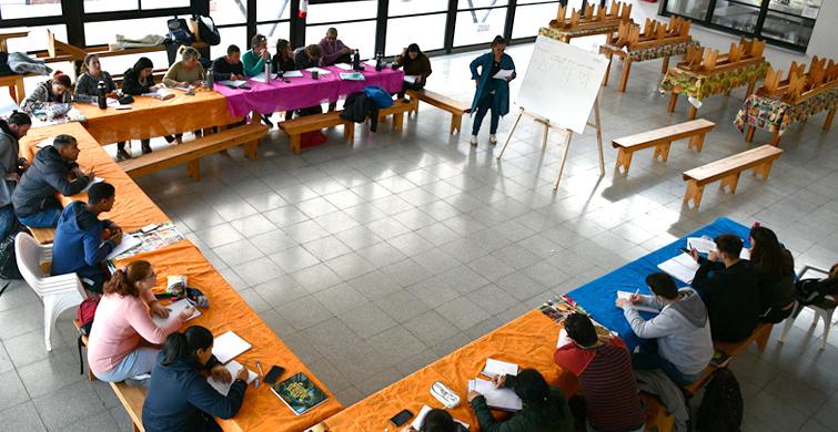 Personas sordas y oyentes se integran desde la educación en el Centro 4 de adultos