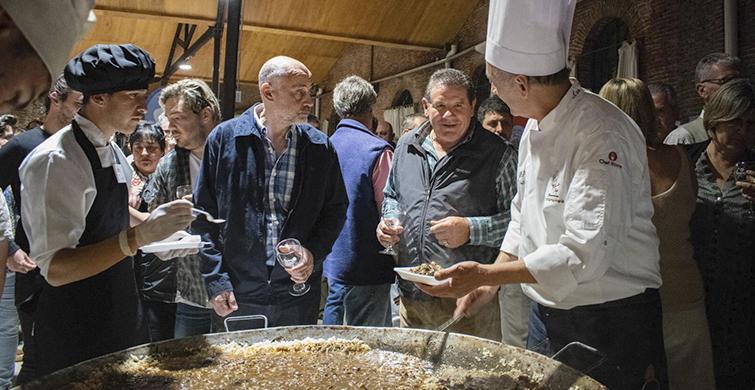 Estudiantes de gastronomía de Colonia hicieron paella gigante en evento del Rotary