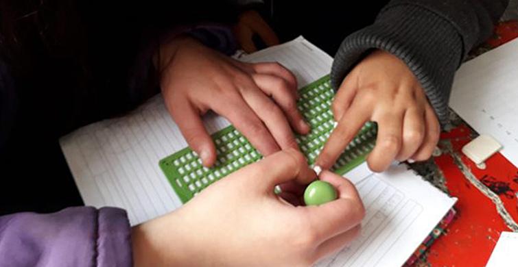 Liceales de Sauce transcribenlibros infantiles al sistema Braille