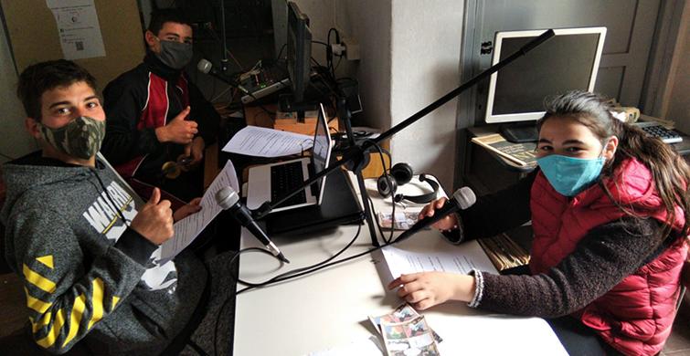 Jóvenes de Castillos generan fuerte vínculo con la comunidad a través de un programa de radio